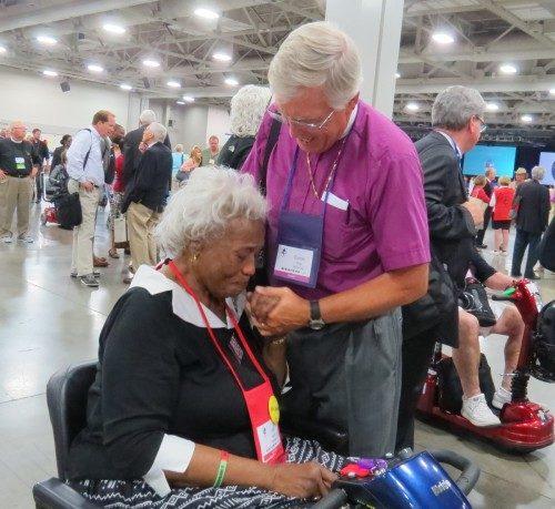 Duncan Gray III, obispo jubilado de Misisipí, abraza en la Cámara de Diputados a una emocionada Anita George, diputada de Misisipí y miembro del Consejo Ejecutivo, luego de la elección del obispo de Carolina del Norte Michael Curry como el próximo obispo primado. Foto de Sharon Sheridan/ENS.