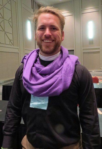 Joseph Peters-Mathews, encargado de comunicaciones de la Diócesis de California, lleva una bufanda púrpura para mostrar su apoyo a que más mujeres lleguen a ser obispas. Foto de Sharon Sheridan/ENS.