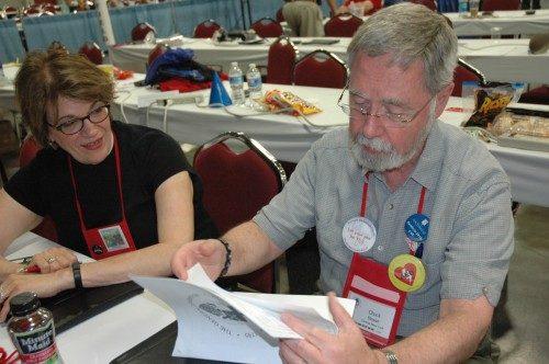 Chuck Stewart, diputado de Nueva York Central, estudia el presupuesto junto con su colega diputada, Rda. Georgina Hegney. Foto de Tracy Sukraw/ENS.