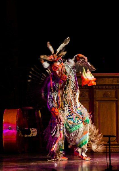 Un bailarín de la familia de pow wow hace una demostración de una danza estilo lakota norte. Foto de Chloe Nguyen/Diócesis de Utah.