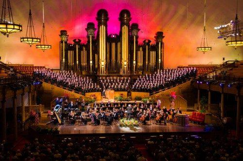 Los tubos dorados del órgano del Tabernáculo sirven de fondo al American Festival Chorus and Orchestra. Foto de Chloe Nguyen /Diócesis de Utah.