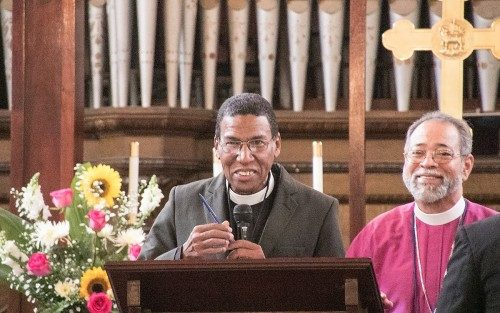 El Rdo. Moisés Quezada Mota, al centro, fue electo obispo coadjutor de la Diócesis Episcopal de la República Dominicana el 25 de julio. Sucederá al Rvdmo. Julio César Holguín, que aquí aparece junto a él, cuando éste se jubile. Foto del Grupo Dominicano de Desarrollo.