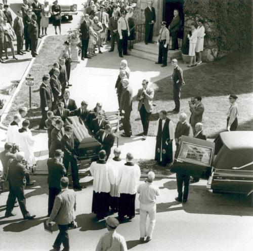 El funeral de Jonathan Daniels se celebró en la iglesia episcopal de Santiago Apóstol [St. James], la parroquia que estaba auspiciándolo para la ordenación, en su ciudad natal de Keene, Nuevo Hampshire. Foto de los Archivos de la Iglesia Episcopal.