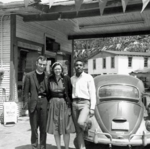 Los seminaristas blancos Jonathan Daniels y Judith Upham pasaron los meses de la primavera de 1965 en zonas rurales de Alabama. Foto del Instituto Militar de Virginia.