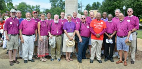 Algunos de los 28 obispos de la Iglesia Episcopal —que desfilaron en la peregrinación del 15 de agosto para conmemorar a Jonathan Daniels y los otros mártires del movimiento pro derechos civiles— posan en Hayneville, el lugar de la reunión. Foto de Ellen Hudson/Diócesis de Alabama.