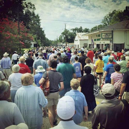 Alrededor de 1.500 personas desfilaron a través de Hayneville, Alabama, durante la peregrinación del 15 de agosto para conmemorar a Jonathan Daniels y los otros mártires del movimiento de los derechos civiles en Alabama. Foto de Ben Thomas/Escuela de Teología de la Universidad del Sur vía Twitter.