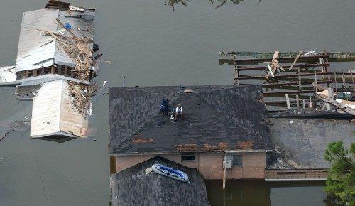 Millares de personas sentadas en los techos de Nueva Orleáns el 30 de agosto de 2005, pidiendo que los rescataran después que las roturas de los diques inundaran la ciudad hasta con 6 metros de agua. Foto de Jocelyn Augustino/Agencia Federal de Control de Emergencias.