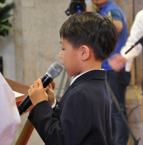 Christopher Chan-Young Kim, descendiente del Rdo. Mark Hee-Jun Kim, el primer sacerdote coreano de la Iglesia Anglicana en Corea, lee la primera lección durante la celebración eucarística por el 125º. Aniversario de la provincia, que tuvo lugar el 3 de octubre en la catedral de Santa María y San Nicolás en el centro de Seúl. Foto de Mary Frances Schjonberg/ENS.
