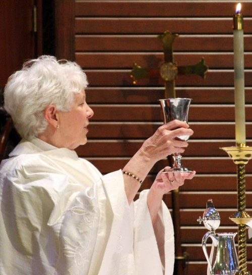 La Rda. Lavonne Seifert, sacerdote a cargo de San Pablo, consagra el vino en el cáliz que previamente se había reservado para el uso exclusivo de Mai DeKonza. En el oficio de arrepentimiento, toda la congregación recibió la comunión de él. Foto de Melodie Woerman/Diócesis de Kansas.