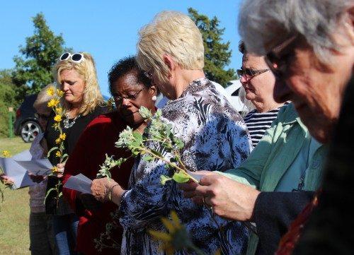 Miembros de la iglesia de San Pablo y algunos invitados se reúnen junto a la tumba de Mai DeKonza, 56 años después de su muerte, para la bendición y dedicación de una lápida sepulcral en lo que había sido hasta ahora una tumba sin nombre. Foto de Melodie Woerman/Diócesis de Kansas