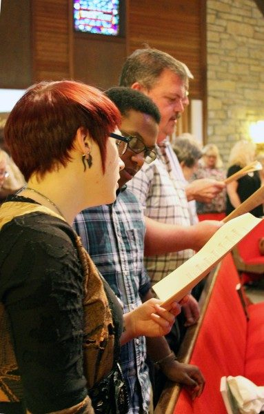 Durante el oficio de arrepentimiento, feligreses e invitados cantan un himno cuya letra escribiera Mai DeKonza. Foto de Melodie Woerman/Diócesis de Kansas.