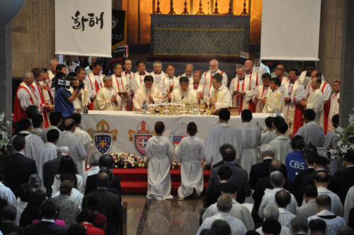 Seoul Archbishop and Anglican Church in Korea Primate Paul Keun Sang Kim prays the Eucharistic prayer during the province's 125th anniversary celebration Eucharist Oct. 3 at the Cathedral of St. Mary and St. Nicholas in downtown Seoul. He is surrounded by bishops from across the Anglican Communion, including Presiding Bishop Katharine Jefferts Schori, second from left, and others from The Episcopal Church. Photo: Mary Frances Schjonberg/Episcopal News Service