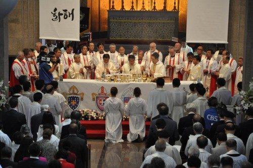 Paul Keun Sang Kim, arzobispo de Seúl y primado de la Iglesia Anglicana de Corea, reza la plegaria eucarística durante el oficio conmemorativo del 125º. aniversario de la Iglesia que tuvo lugar el 3 de octubre en la catedral de Santa María y San Nicolás en el centro de Seúl. Él se ve aquí rodeado por obispos de toda la Comunión Anglicana, entre ellos la obispa primada Katharine Jefferts Schori, segunda de izquierda a derecha, y otros prelados de la Iglesia Episcopal. Foto de Mary Frances Schjonberg/ENS.