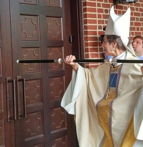 La obispa primada Katharine Jefferts Schori toca tres veces a la puerta de la nueva capilla Immanuel del Seminario Teológico de Virginia al comienzo del oficio de dedicación y consagración el 13 de octubre. Foto del STV.