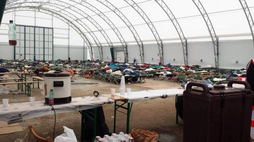 El centro de recepción de refugiados en Nickelsdorf se arregla todos los días según los refugiados se procesan y se transportan a Alemania. Foto de Lora Bernabei.