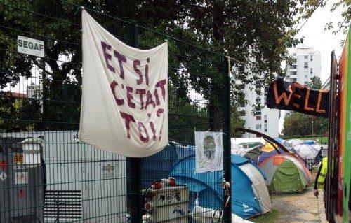 """Un letrero que cuelga de la cerca de un campamento de refugiados en Bruselas en septiembre hace la pregunta: ¿Y si fueses tú?"""" Foto de Sunny Hallanan."""
