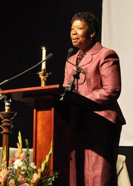 Annette Buchanan, presidente de la Unión de Episcopales Negros habla el 31 de octubre en la Vigilia de Celebración auspiciada por la UBE en el Arsenal del D.C. la víspera de la instalación del obispo Miachel Curry como el 27º. Obispo Primado de la Iglesia Episcopal. Foto de Mary Frances Schjonberg/ENS.