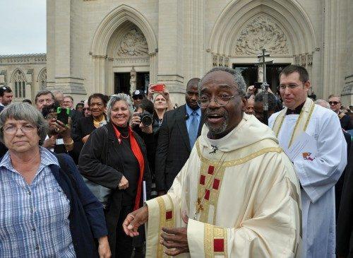 El obispo primado Bishop Michael B. Curry saluda a amigos y otros admiradores frente a la Catedral Nacional de Washington el 1 de noviembre, luego de haber sido instalado como el 27º. Obispo Presidente y Primado de la Iglesia Episcopal. Foto de Mary Frances Schjonberg/ENS.