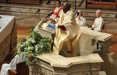El obispo primado Michael B. Curry enfatiza un punto en su sermón del 1 de noviembre en la Catedral Nacional de Washington inmediatamente después de que fuera instalado como el 27º. Obispo Presidente y Primado de la Iglesia Episcopal. Foto de Mary Frances Schjonberg/ENS.