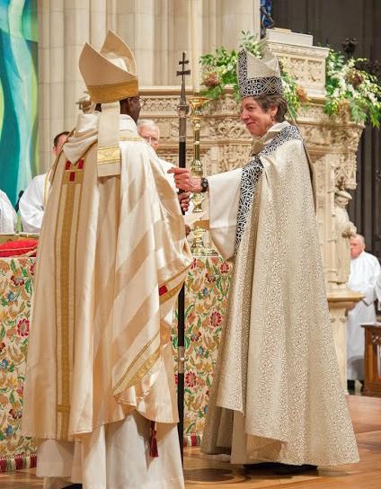 La 26ª. obispa primada Katharine Jefferts Schori le entrega el báculo primacial al obispo primado Michael B. Curry durante el oficio de su instalación el 1 de noviembre en la Catedral Nacional de Washington. Foto de Danielle Thomas (c) 2015 WNC.