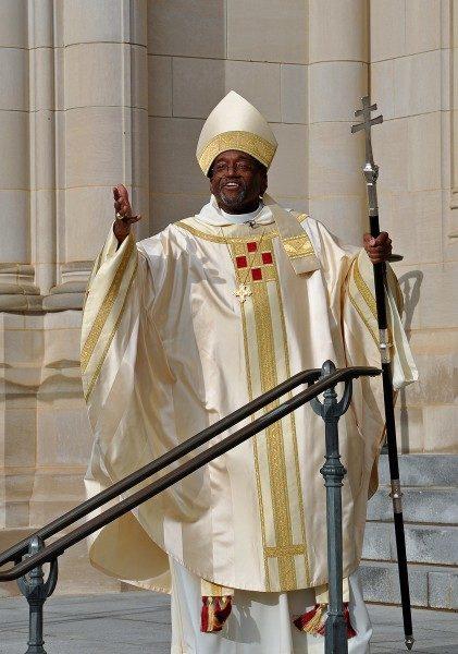 El obispo primado Michael B. Curry de pie en las gradas de la Catedral Nacional de Washington después de que fuera instalado como el 27º. Obispo Presidente y Primado de la Iglesia Episcopal. Foto de Mary Frances Schjonberg/ENS.