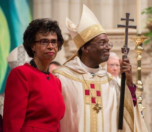 El obispo primado Michael B. Curry y su esposa, Sharon, saludan a la congregación en la Catedral Nacional de Washington el 1 de noviembre durante el oficio de su instalación. Foto de Danielle Thomas (c) 2015, WNC.
