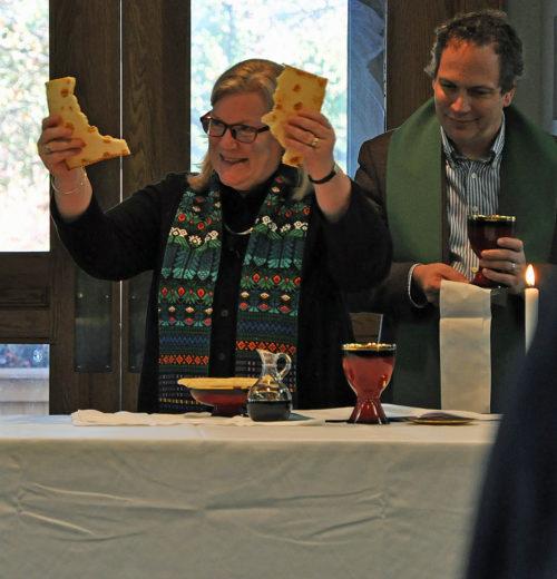 La Rda. Gay Clark Jennings, presidente de la Cámara de Diputados, fracciona el pan el 15 de noviembre durante la eucaristía de la sesión de apertura de la reunión del Consejo Ejecutivo de la Iglesia Episcopal que tuvo lugar en el Centro de Conferencias del Instituto Marítimo, en Linthicum Heights, Maryland, del 15 al 18 de noviembre. El Rdo. Frank Logue, miembro del Consejo, asiste a Jennings en la celebración. Foto de Mary Frances Schjonberg/ENS.