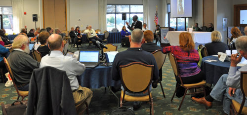 Los miembros del Consejo Ejecutivo de la Iglesia Episcopal escuchan predicar al obispo primado Michael Curry durante la sesión de apertura de la reunión del Consejo que se celebró del 15 al 18 de noviembre en el Centro de Conferencias del Instituto Marítimo en Linthicum Heights, Maryland. Foto de Mary Frances Schjonberg/ENS.