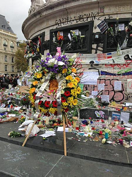 A raíz de los ataques terroristas del 13 de noviembre en su ciudad, los parisienses acuden con sus tributos, esperanzas y oraciones a la Plaza de la República. Foto de Lucinda Laird.