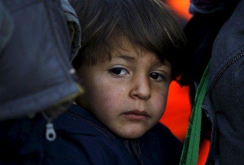 Un niño refugiado sirio poco después de llegar, el 20 de noviembre —en una balsa atestada de inmigrantes y refugiados—, a una playa de la isla griega de Lesbos. Los países balcánicos han comenzado a filtrar el flujo de migrantes a Europa, concediéndoles paso a los que huyen del conflicto en el Oriente Medio y Afganistán, pero rechazando a otros provenientes de África y Asia, dijeron el jueves testigos de las Naciones Unidas y Reuters. Foto de Yannis Behrakis/Reuters.