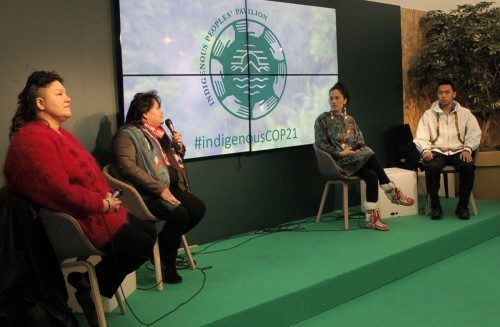 Princess Daazhraii Johnson, segunda de derecha a izquierda, activista del clima y ex directora ejecutiva del Comité Permanente de gwich'in, toma parte en un panel, el 11 de diciembre, sobre la protección del Ártico y la resistencia a la destrucción ambiental en territorios indígenas. Foto de Lynette Wilson/ENS.