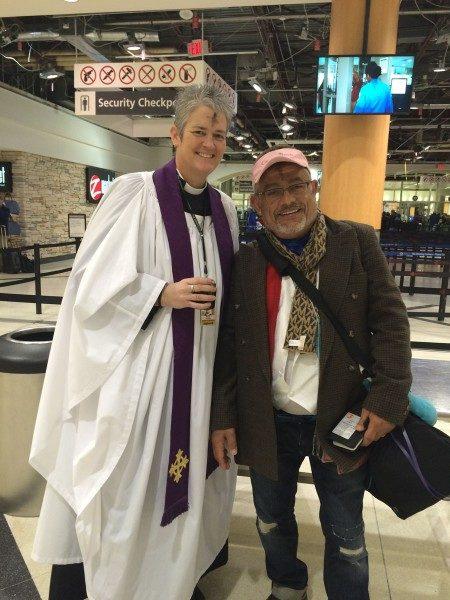 """La Rda. Donna S. Mote, capellán episcopal del Aeropuerto Internacional Hartsfield-Jackson de Atlanta, ofrecerá """"Cenizas en vuelo"""" a pasajeros de viajes nacionales e internacionales a lo largo de todo el día el Miércoles de Ceniza. Foto por cortesía de Donna S. Mote."""