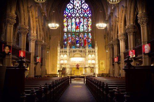 Las fotografías están colgadas en la nave de la iglesia de Santa Ana y la Santa Trinidad, de manera que no sólo los visitantes, sino también los feligreses, se ven confrontados por las imágenes. Foto de la iglesia de Santa Ana y la Santa Trinidad.