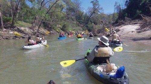 La catedral de Cristo en Houston, Texas, organizó un oficio en canoa (canoecharist) el 5 de marzo en el canalizo del Búfalo. Foto de Jeremy Bradley.