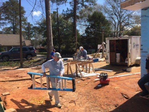 Miembros de la iglesia de Cristo en Covington, Luisiana, comenzaron la construcción de una vivienda de Hábitat para la Humanidad el Miércoles de Ceniza. Foto de Chad Lockfield.
