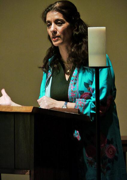 Sanam Naraghi-Anderlini dice, en una reunión celebrada el 16 de marzo en la capilla de Cristo el Señor del Centro Denominacional de la Iglesia Episcopal, que las experiencias y las voces de las mujeres con frecuencia son desestimadas y borradas de los procesos de la toma de decisiones e incluso de la historia. Foto de Mary Frances Schjonberg/ENS.
