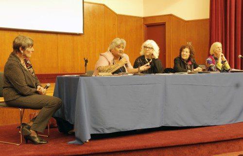 """De izquierda a derecha, Rosemary Williams, la moderadora, y las panelistas Caroline Herewini, Dana Dankin, Rda. Paula Nesbitt y Ann Smith, durante un panel sobre """"Desarrollo sostenible: instrumento de poder para mujeres y niñas"""". Foto de Lynette Wilson/ENS"""