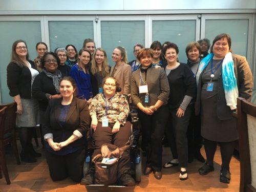 Delegadas episcopales a la 60a. sesión anual de la Comisión de Naciones Unidas sobre la Condición de la Mujer reunidas el 22 de marzo en Hampton Inn, a cuadra y media de la sede de la ONU, para participar en un entrenamiento sobre promoción social. Foto de Lynette Wilson/ENS.