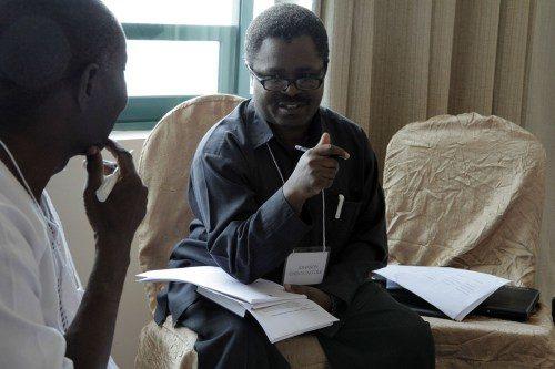 Johnson Chinyong'ole, al centro, secretario general de la Iglesia Anglicana de Tanzania, y Joseph Osei, arcediano de Manhyia en Kumari, Ghana, participan en el equipo de trabajo sobre finanzas y planes de pensión. Foto de Lynette Wilson/ENS.