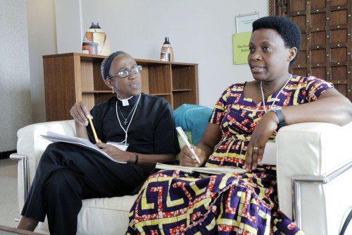 La Rda. Jenny Coley, a la izquierda, misionera nombrada por la Iglesia Episcopal que trabaja en control y prevención de enfermedades en la Provincia de África Occidental, y la Rda. Jeanne Ndimubakunzi, que dirige un programa para la prevención de la violencia de género en la Provincia de Burundi, participan en una pequeña discusión de trabajo sobre salud y medioambiente. Foto de Lynette Wilson/ENS.