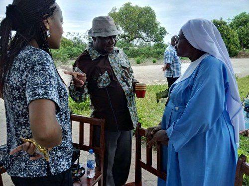 Patricia Kisare, funcionaria de asuntos internacionales de la Iglesia Episcopal, con sede en Washington, D.C. y el obispo Jacob Ayeebo, de Tamale, Iglesia Anglicana de Ghana, hablan con una de las hermanas de la Comunidad de Santa María, una orden de la Iglesia Anglicana de Tanzania. Foto de Andrea Mann.