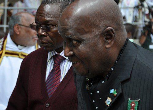 El primer presidente de Zambia, Kenneth Kaunda, de 91 años, en primer plano, abandona su lugar de honor en la catedral de la Santa Cruz en Lusaka, el 10 de abril, después de la eucaristía de apertura del Consejo Consultivo Anglicano. Foto de Mary Frances Schjonberg/ENS.