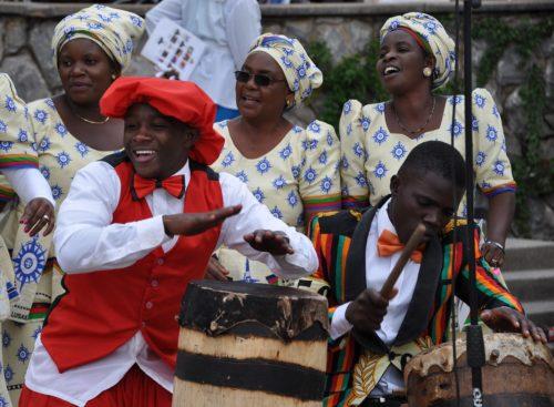 Tambores y cantores del Coro Mensaje de la iglesia anglicana de Santa Verónica entonan un canto de despedida a los participantes de la eucaristía de apertura del Consejo Consultivo Anglicano a la entrada de la catedral de la Santa Cruz en Lusaka. Foto de Mary Frances Schjonberg/ENS.