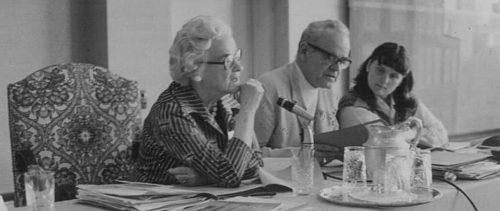 Se decía, en su momento, que la gracia y el ingenio de la presidente saliente Marion Kelleran de la Iglesia Episcopal fue con frecuencia un factor clave para mantener activo el debate durante el CCA-4 que se celebró del 8 al 18 de mayo de 1979 en London, Ontario, Canadá. Aquí se la ve en el momento de responder a una pregunta, mientras el secretario general, el obispo John Howe, conversa con su secretaria. Foto de Dierdre Hoban/ Archivos Episcopales.