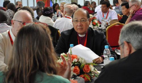El Rvdmo. Paul Kwong, al centro, segundo y actual arzobispo y primado de la Hong Kong Sheng Kung Hui fue electo el 15 de abril para presidir el Consejo Consultivo Anglicano. Foto de Mary Frances Schjonberg/ENS.