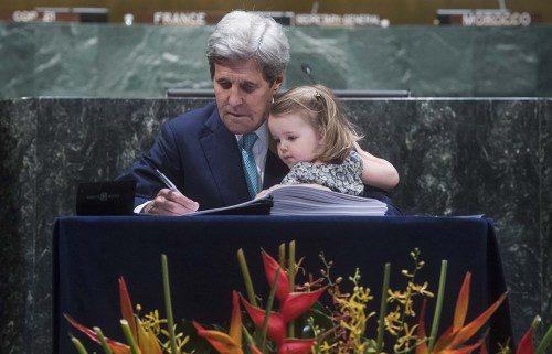 El secretario de Estado de EE.UU. John Kerry, cargado con su nieta, firma el Acuerdo de París el 22 de abril. Kerry se contó entre los 175 líderes mundiales que firmaron el histórico acuerdo sobre el clima en una ceremonia que coincidía con la 46º. celebración del Día de la Tierra. Foto de las Naciones Unidas