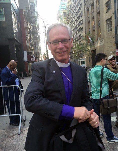 El obispo de California Bishop Marc Andrus se dispone a entrar en la sede de las Naciones Unidas el 22 de abril para presenciar la firma del histórico acuerdo del clima de París. Foto de Lynnaia Main.