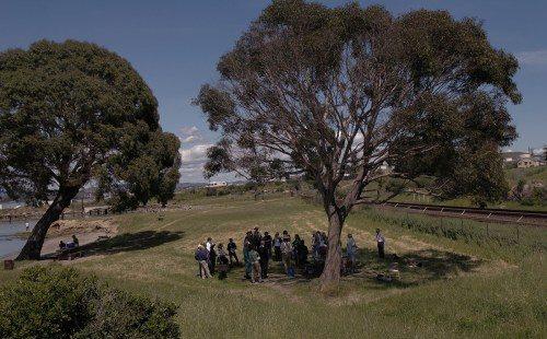 Episcopales de la Diócesis de California reunidos debajo de un árbol en Lone Tree Point junto a la costa de East Bay, in Rodeo, California, al nordeste de San Francisco, para la EcoConfirmación del 23 de abril, en la cual los participantes reafirmaron su compromiso con el medioambiente. Foto de Lynette Wilson/ENS