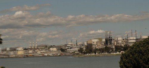 La refinería Phillips 66 es una de las cinco de la zona de la bahía de San Francisco: cuatro de ellas están localizadas en el condado de Costa. Procesa 120.000 barriles diarios. Foto de Lynette Wilson/ENS