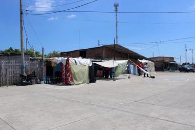 Feligreses de laiglesia deSan Esteban en la ciudad de Manta duermen en tiendas improvisadas fuera de sus casas. La gentese mantiene atemorizada porlas réplicas. Foto: Edgar Giraldo/ La DiócesisdeEcuador Litoral